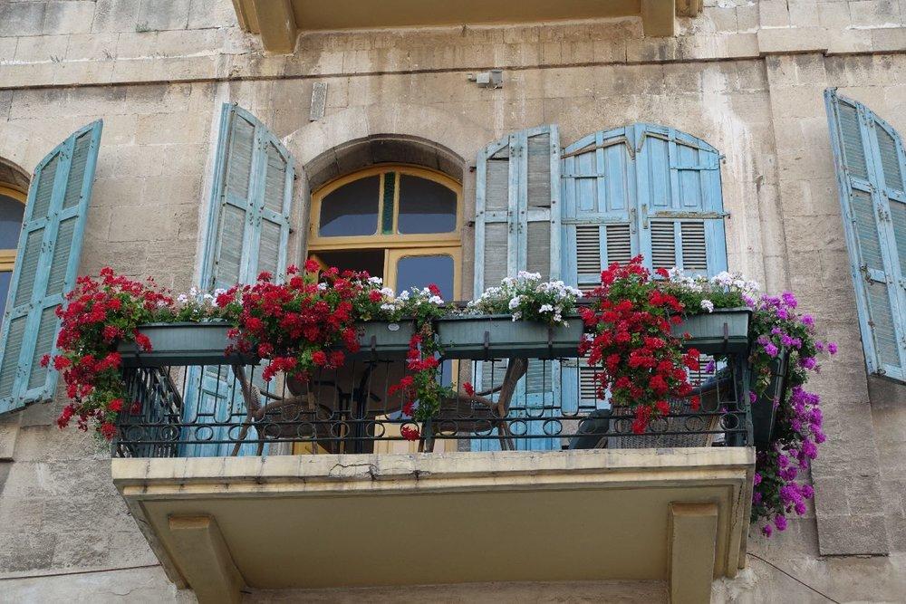 Jaffa | Flea market | Balcony and blue shutters | Photo sandrine cohen