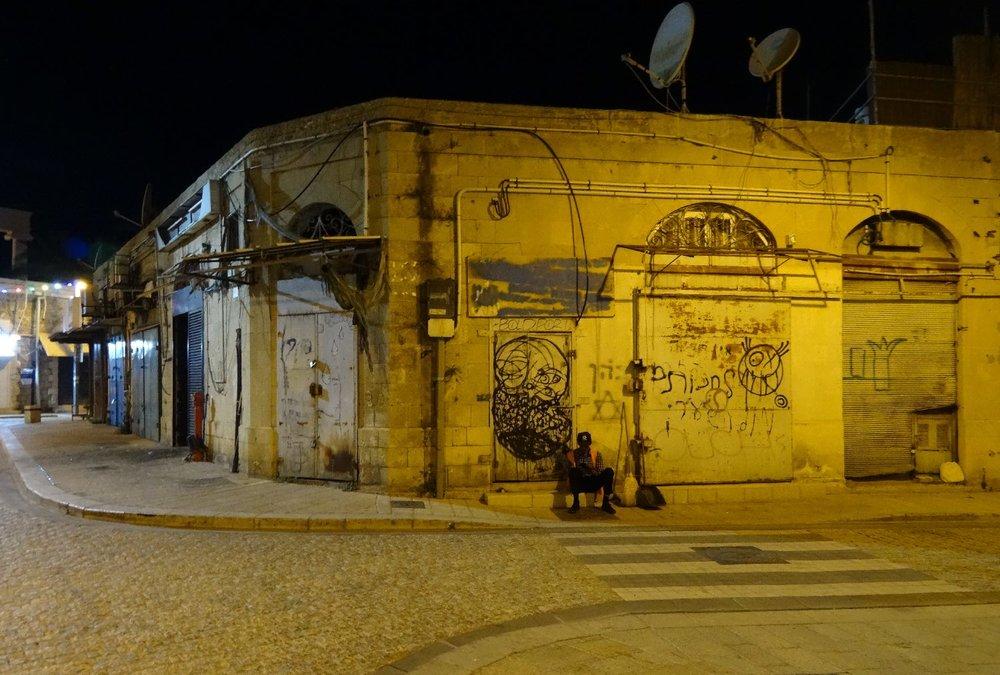 Jaffa at night | Homeless alone in the street | Photo sandrine cohen