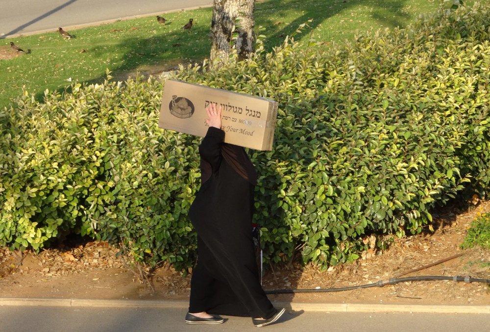 Jaffa | Palestinian woman with box | Midron Yaffo Park | photo sandrine cohen