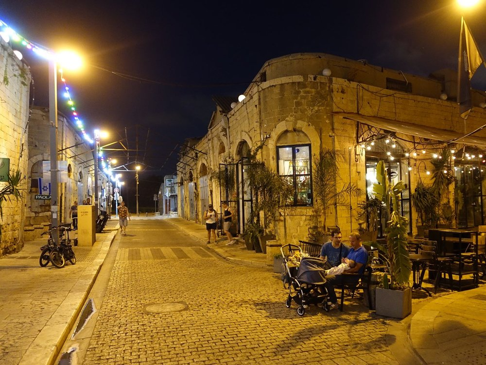 Jaffa at night | People on a bench | photo sandrine cohen