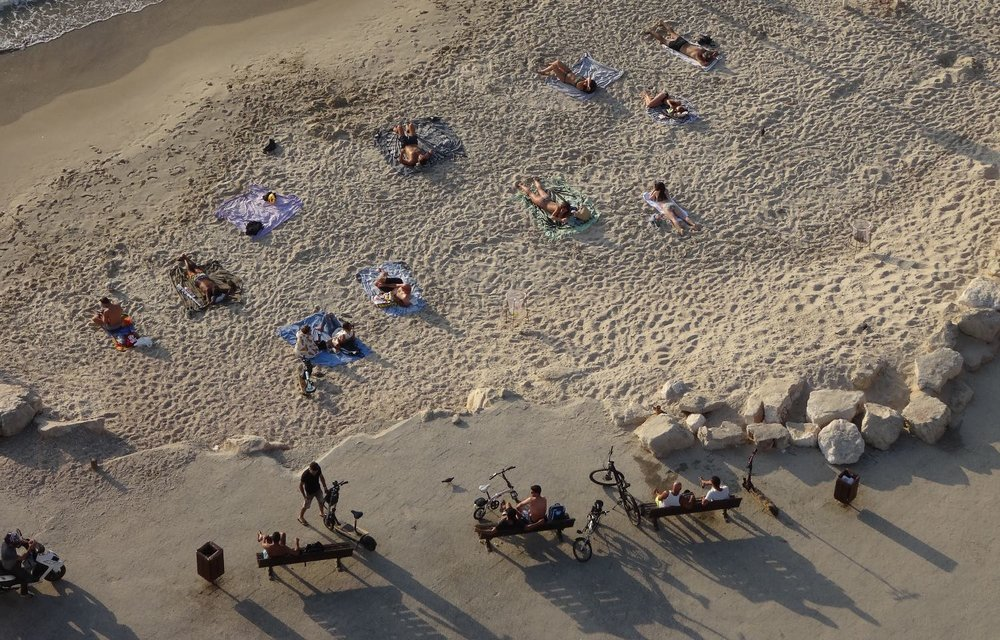 Tel-Aviv | People on the beach view form Carlton Hotel | photo sandrine cohen