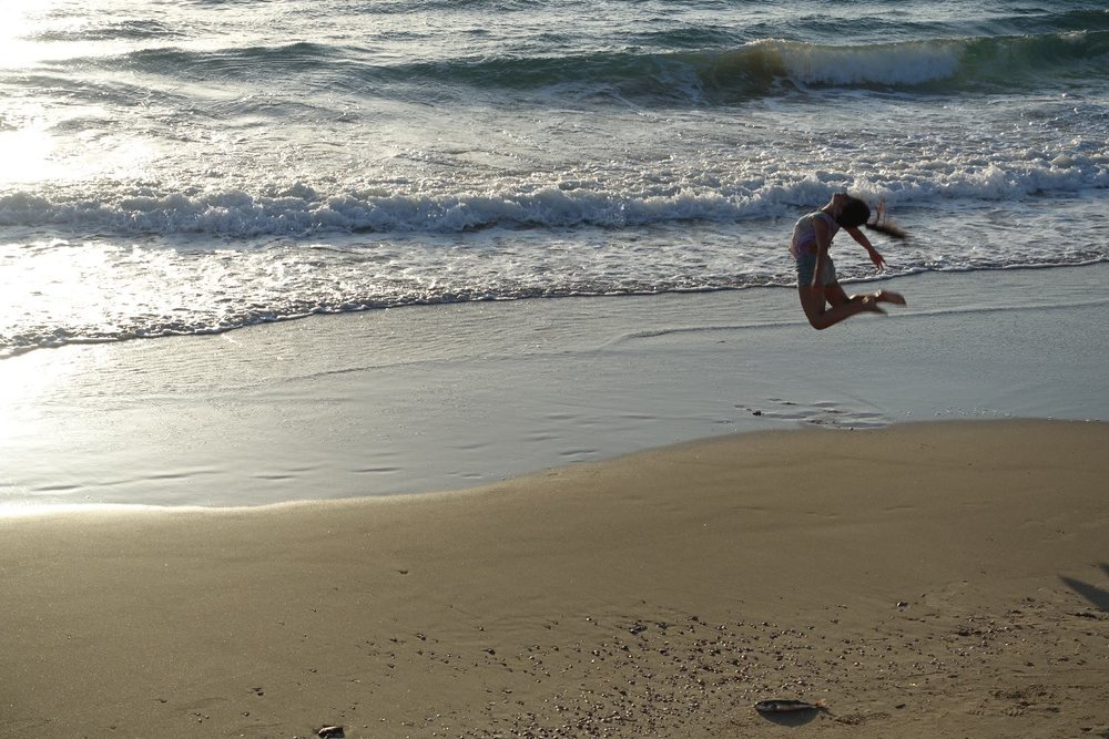 Tel-Aviv | Acrobat on the beach | photo sandrine cohen