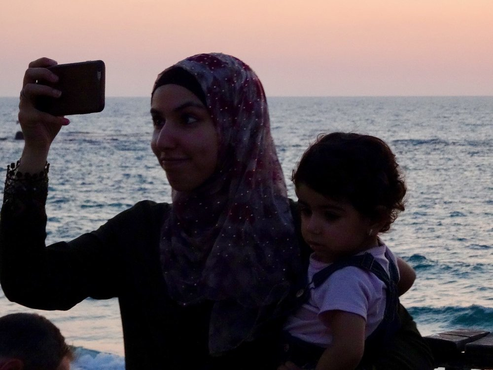 Jaffa | Palestinian woman with his child | Selfie Palestinian woman | Sunset | photo sandrine cohen