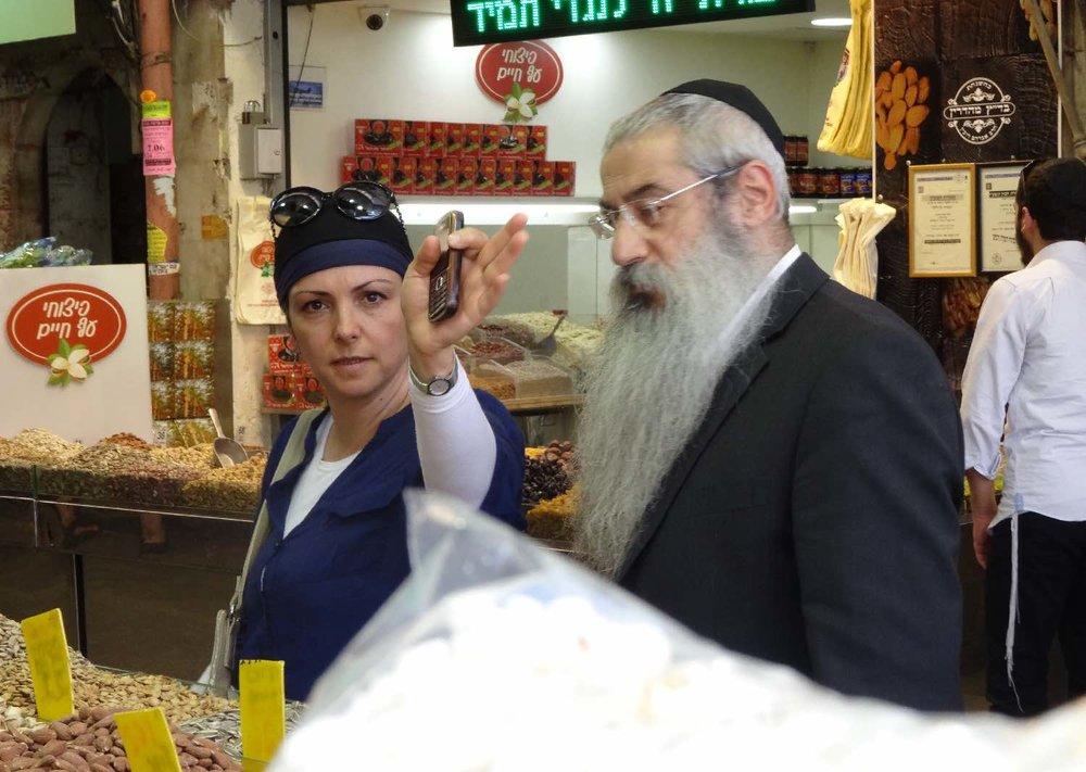 Jerusalem | Orthodox couple at Mehane Yehuda market | photo sandrine cohen