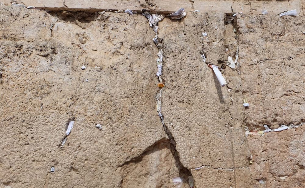 Jerusalem old city | Papers in the wailing wall | photo sandrine cohen