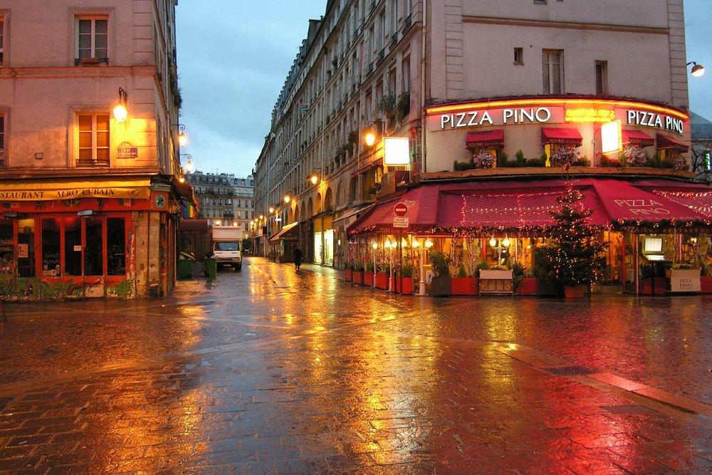 Paris les Halles | Eclairage se reflete avec la pluie | Pizza Pino | photo sandrine cohen