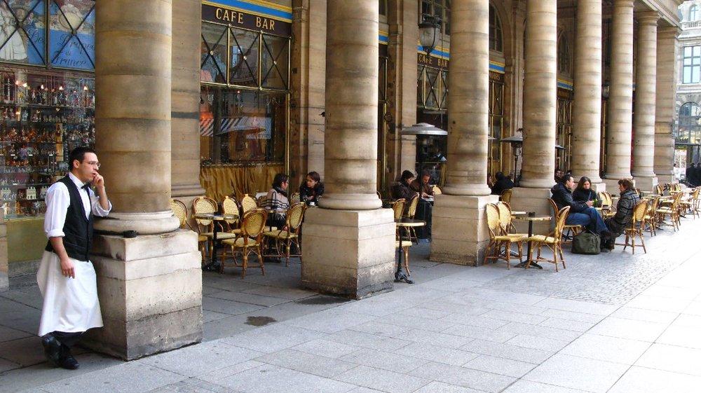 Garçon au Café de Nemours | Garçon café | Place du Palais Royal | Paris | photo sandrine cohen