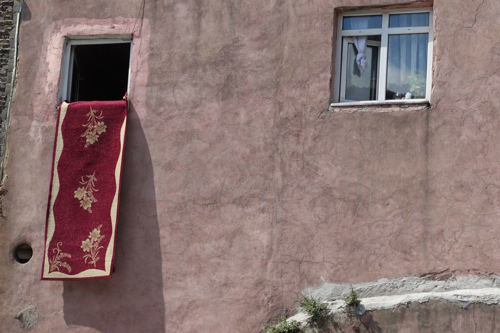 Istanbul | Suleymaniye district | carpet hanging from a window | ©sandrine cohen