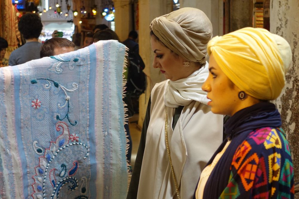 Istanbul | Women shopping in the Grand Bazaar of Istanbul | Grand bazaar Istanbul | ©sandrine cohen