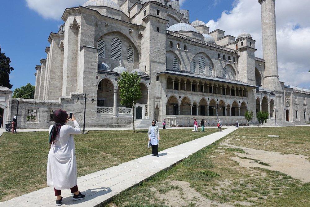 Istanbul | Suleymaniye Mosque | Selfie in front of Suleymaniye Mosque | streetphotography | ©sandrine cohen