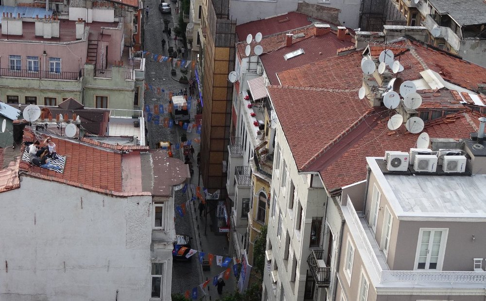 Istanbul | People sitting on the roof of an appartment house in Istanbul | Beyoglu district | ©sandrine cohen