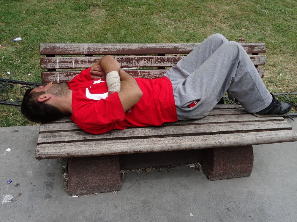 Istanbul | Man wearing a red turkist flag colored t-shirt sleeping on a bench. | ©sandrine cohen