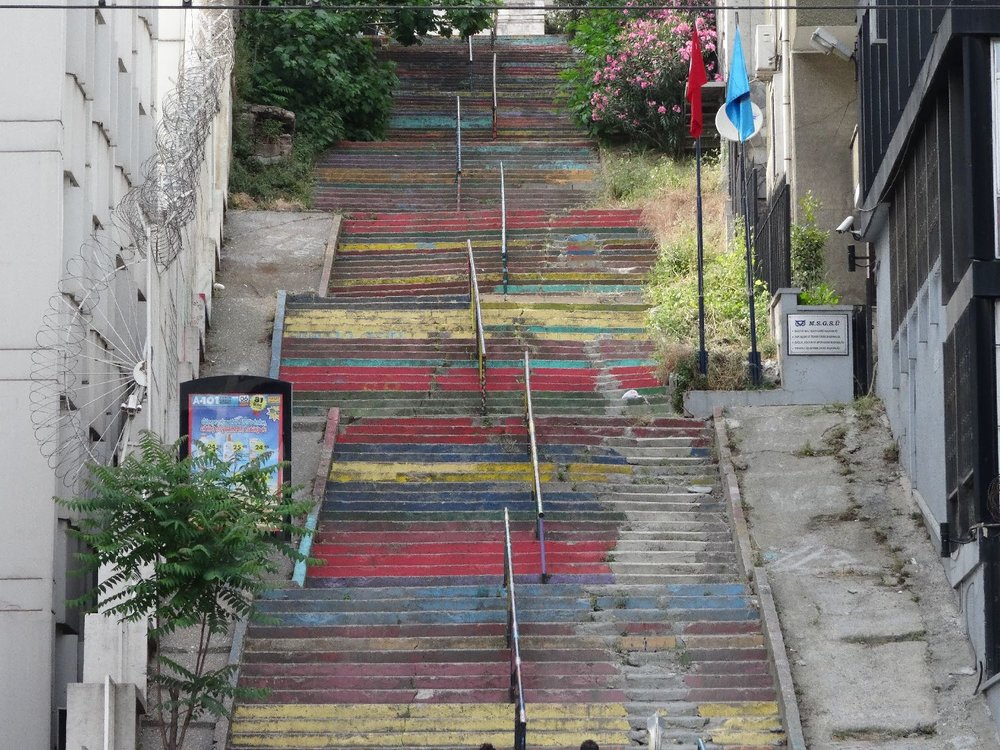 Istanbul | street art | colored stairs | ©sandrine cohen