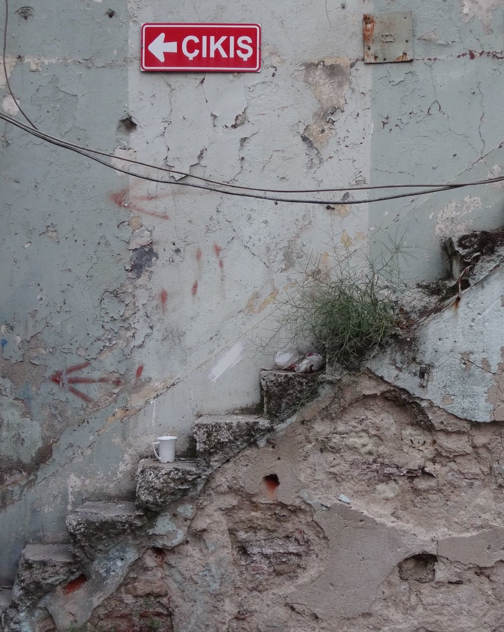 Istanbul | cup of tea on a stair in front of a derelict old wall | ©sandrine cohen