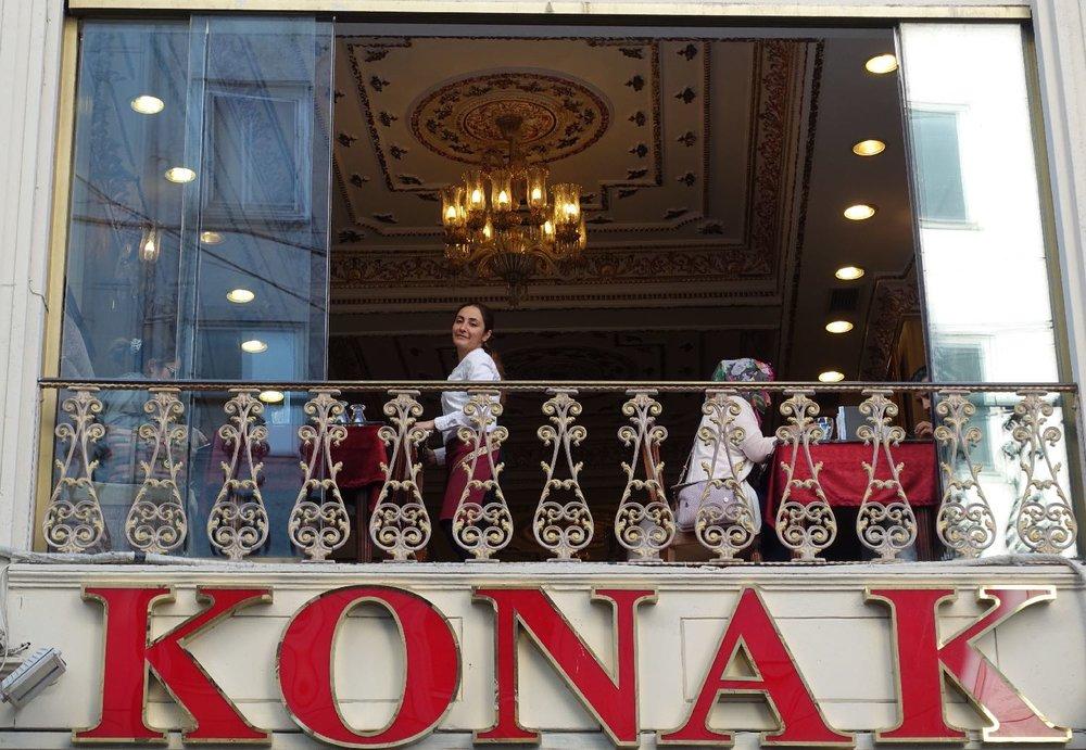 Istanbul | Konak restaurant | Konak turkish delight | Waistress smiles at the window | ©sandrine cohen|