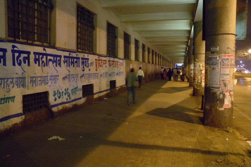 Mumbai - Bombay | Victoria station wall | street art Mumbai | Photo sandrine cohen
