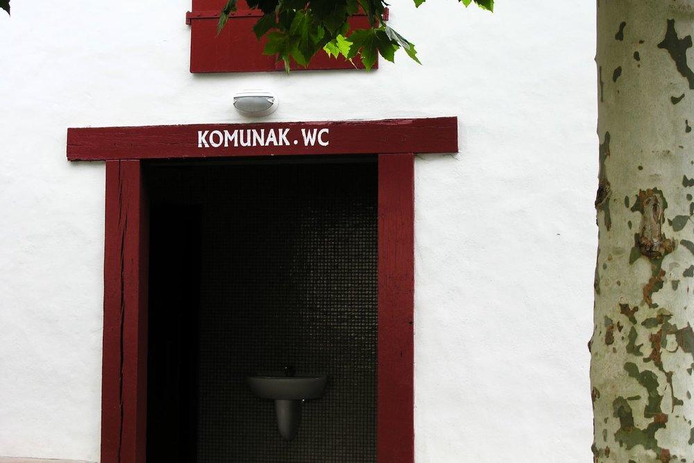 Toilettes à Ainhoa | Pays basque | WC à Ainhoa | Komunak | Ainhoa | photo sandrine cohen