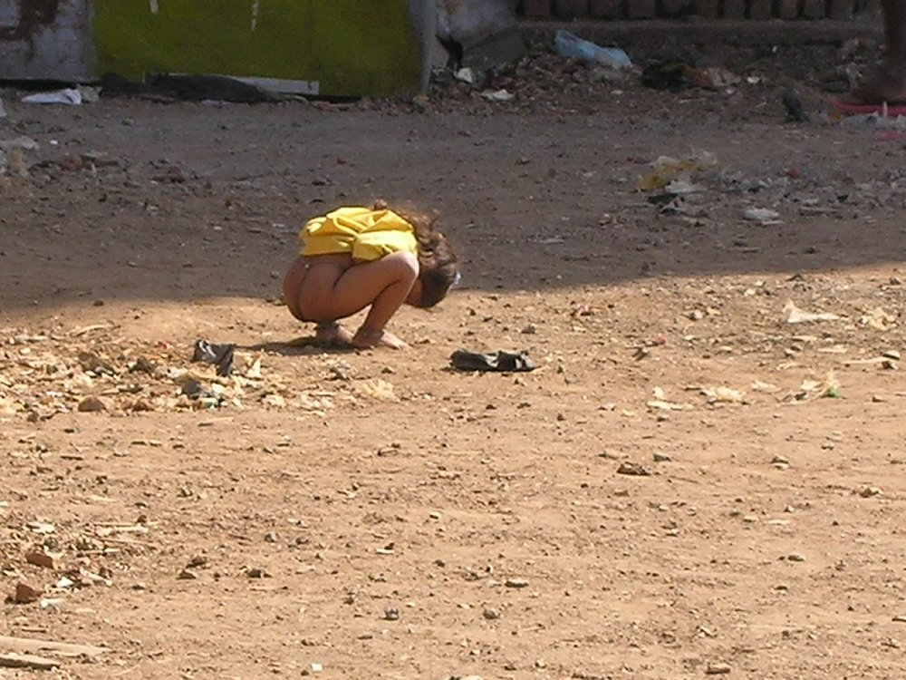 Mumbai | India | Little girl makes poop to bombay | photo sandrine cohen