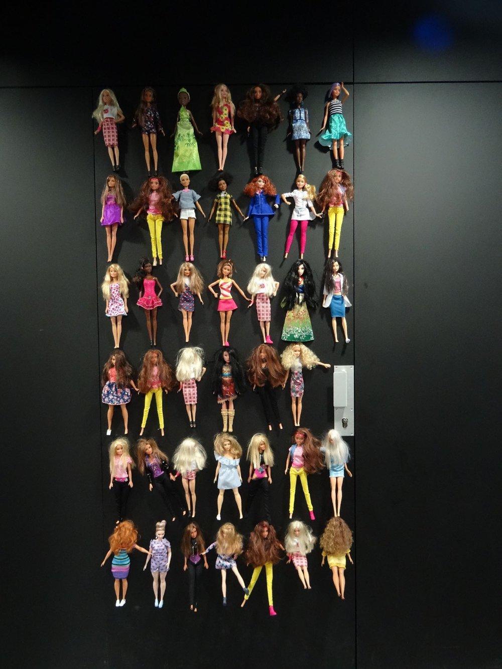Toilettes Hommes avec poupées Ken | Toilettes La Felicita restaurant | Paris 11e | Holy Shit | photo sandrine cohen