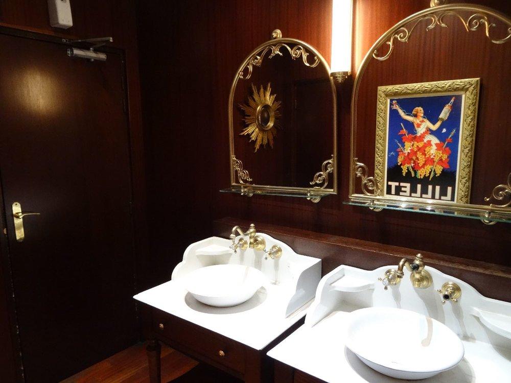 Toilettes brasserie parisienne | Montparnasse 1900 restaurant | photo sandrine cohen