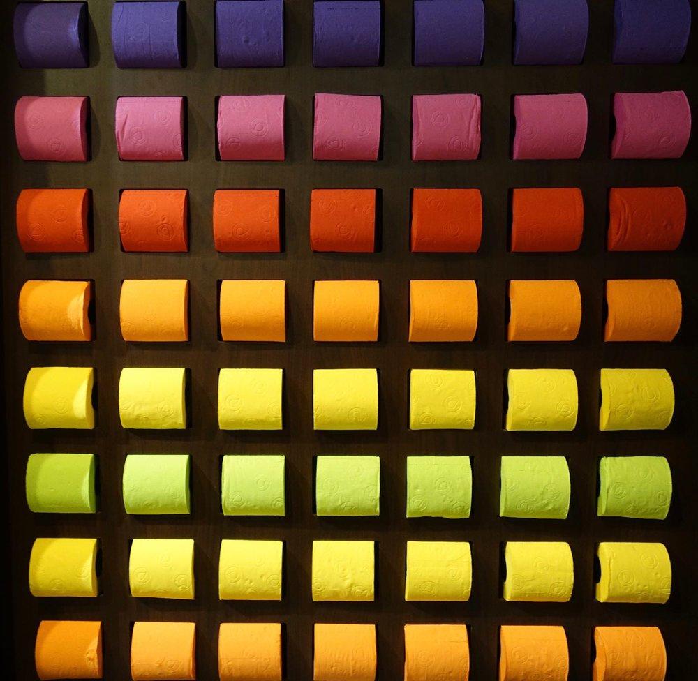 Toilettes Carousel du louvre | Rouleaux papier toilettes couleurs | Paris | photo sandrine cohen