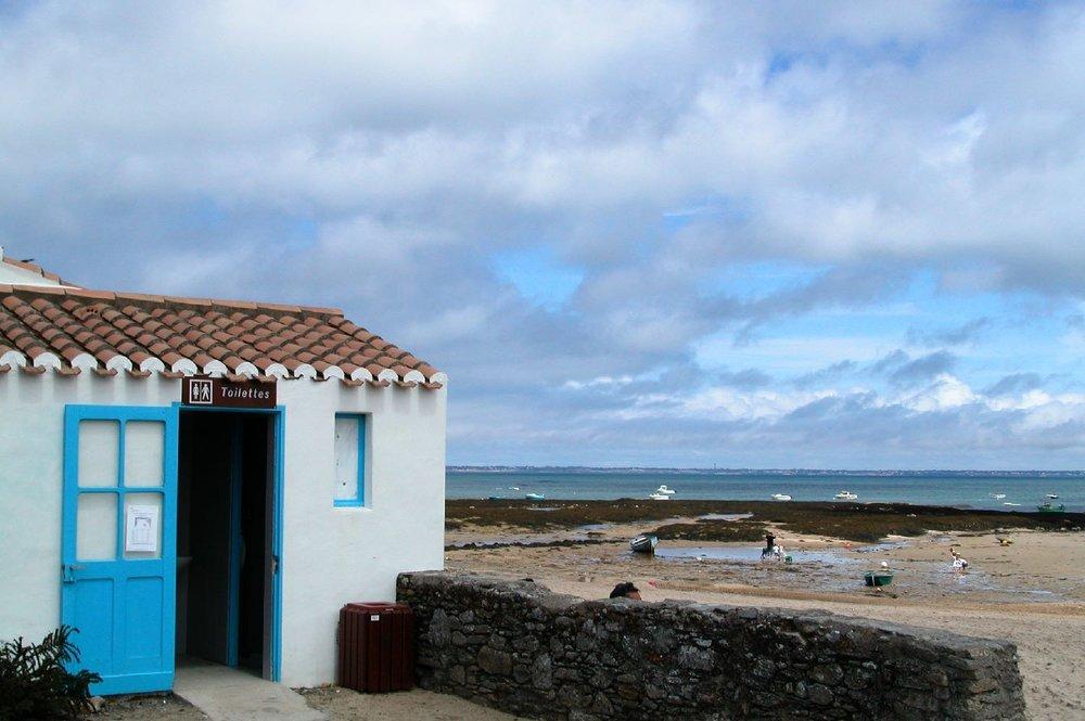 Toilettes sur la plage de la Clère à Noirmoutier | Le Vieil | Noirmoutier | Vendée | France | photo sandrine cohen