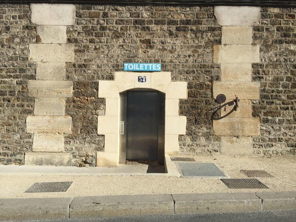 toilettes sur le quai de la Voie Pompidou à Paris | photo sandrine cohen