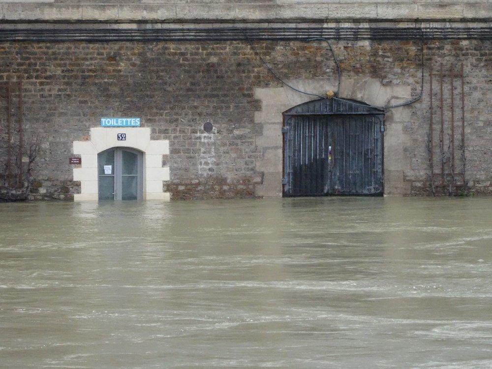 Toilettes pendant la crue de l'hiver 2018 | Voie Pompidou à Paris | photo sandrine cohen