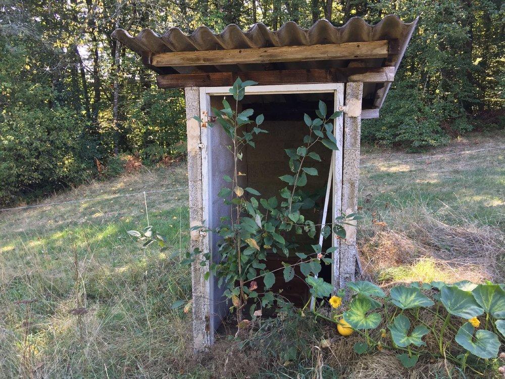 Toilettes dans le jardin en Corrèze | Maussac | France | photo sandrine cohen