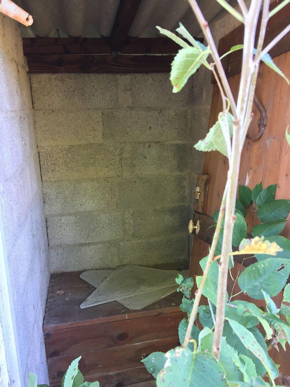 Toilettes latrines dans le jardin en Corrèze | Maussac | France | photo sandrine cohen