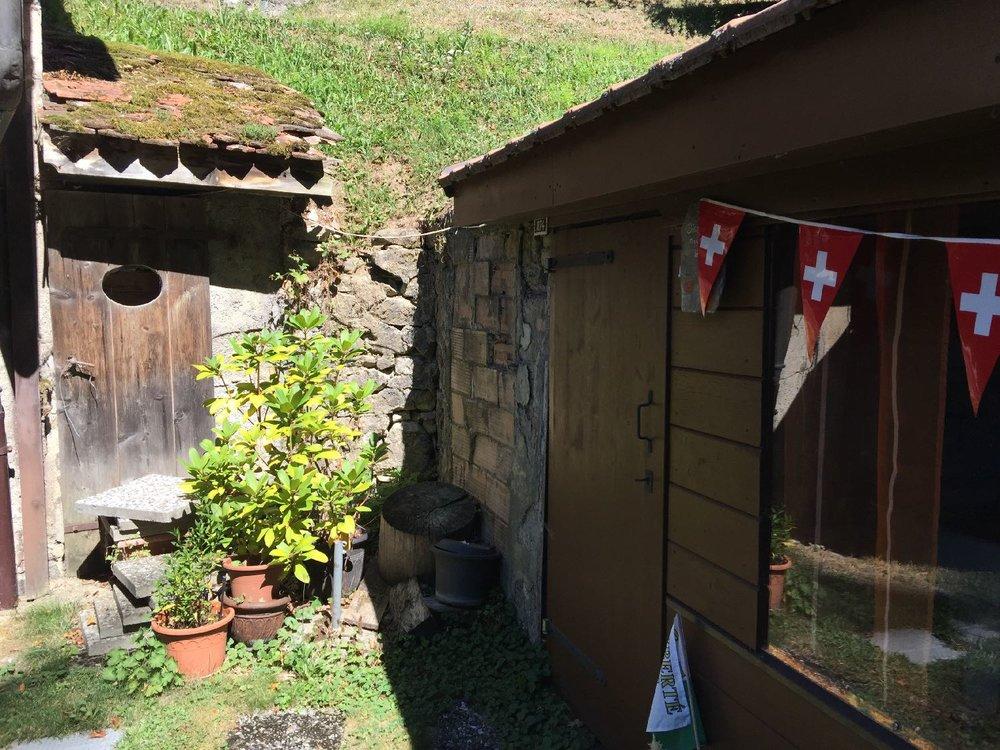 Toilettes au fond du jardin dans ancienne forge vaudoise | Canton de Vaud | Suisse | photo sandrine cohen