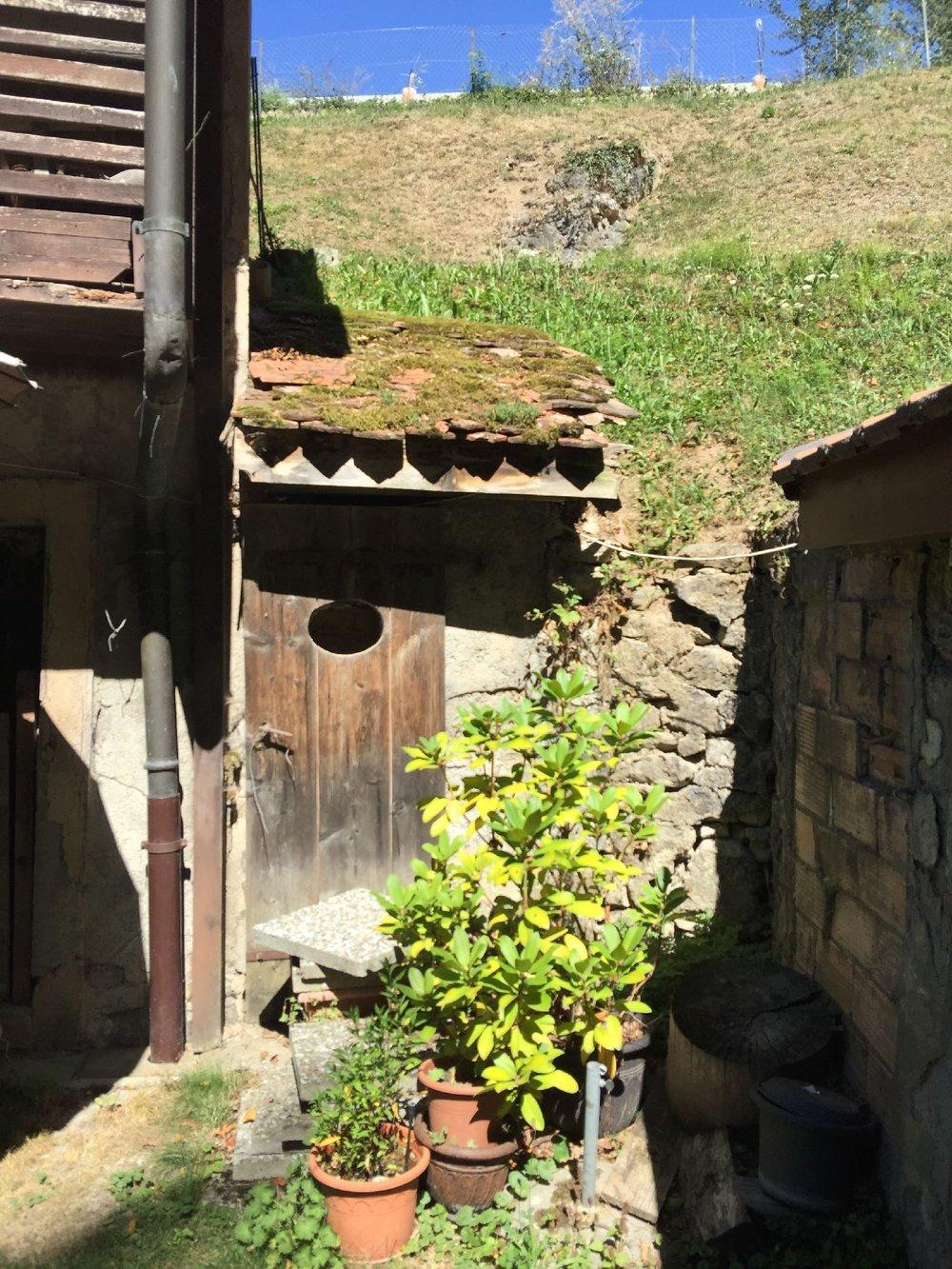 Toilettes au fond du jardin dans ancienne maison vaudoise | Canton de Vaud | Suisse | photo sandrine cohen