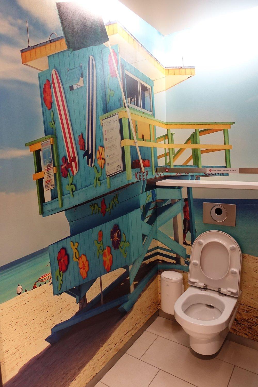 Toilettes décor Miami beach à la gare d'Austerlitz | Gare d'Austerlitz | Paris | photo sandrine cohen