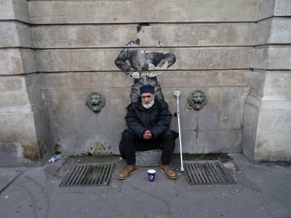 Paris street art | SDF rue du Faubourg Saint-Antoine | Fontaine du Faubourg Saint-Antoine | photo sandrine cohen