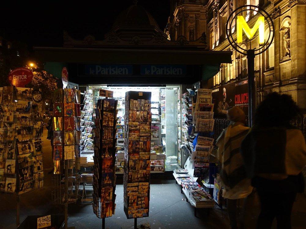 Paris | Kiosque à journaux | Place de l'Hotel de ville | Métro Hotel de Ville | Hotel de ville de Paris | photo sandrine cohen