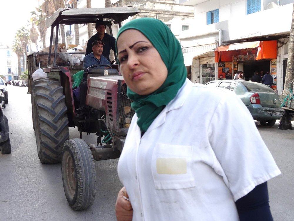 Tunis | Tunisia | Tunisienne avecfoulard vert | Tracteur | ©sandrine cohen