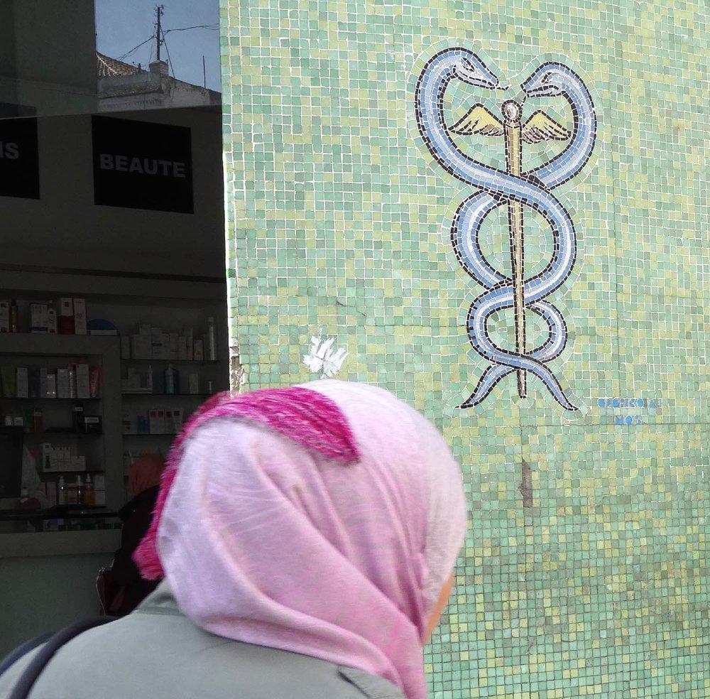 Tunis | Tunisia | Foulard rose | Pharmacie | ©sandrine cohen