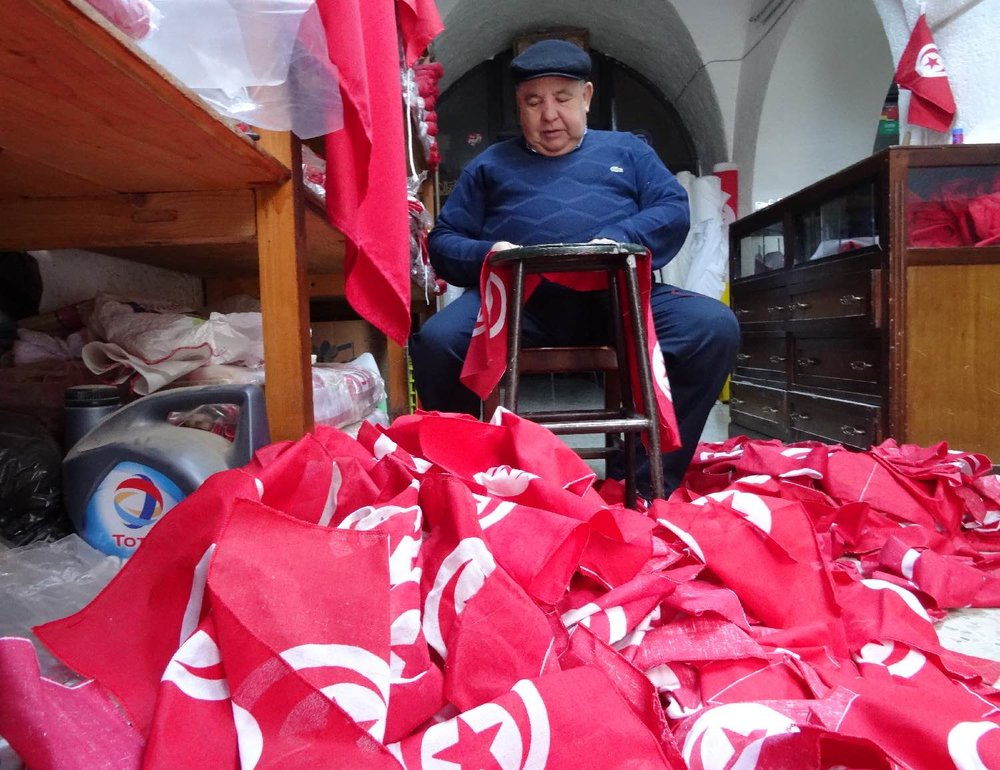 Tunis | Tunisia | Homme fabrique drapeaux tunisiens | ©sandrine cohen