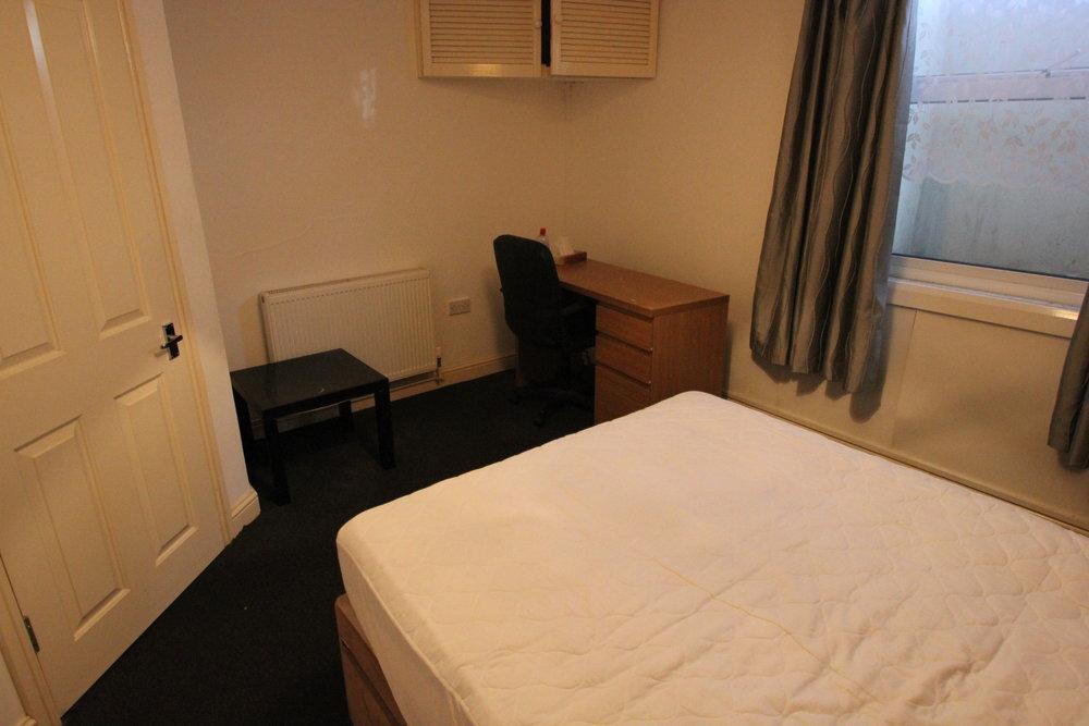 p1296 bedroom 2 pic 2.jpg