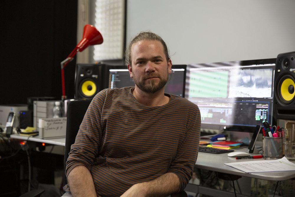 Stephan Heiniger in seinem Schnittraum bei Voltafilm.