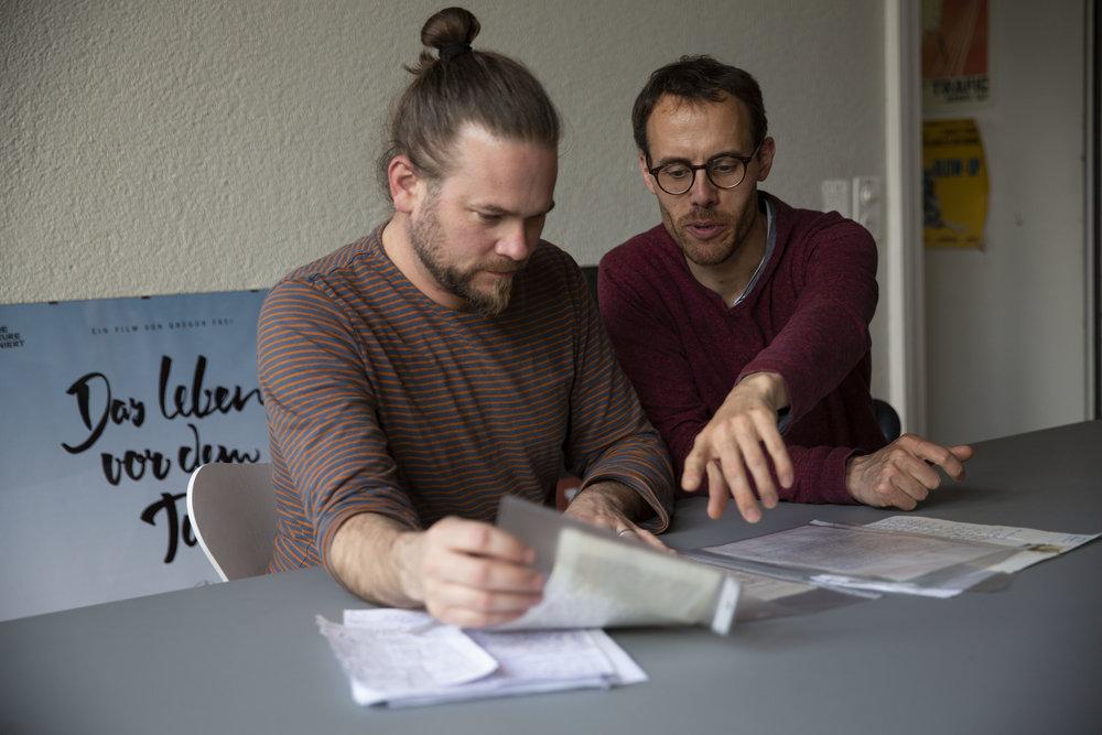 """Stephan recherchiert für ein neues Filmprojekt, zusammen mit seinem """"Ateliergspänli"""" Kaspar Flückiger."""