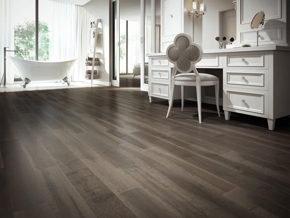 ambiance-plancher-de-bois-erable-gris-brun-charme-organik-sombra-designer-lauzon.jpg