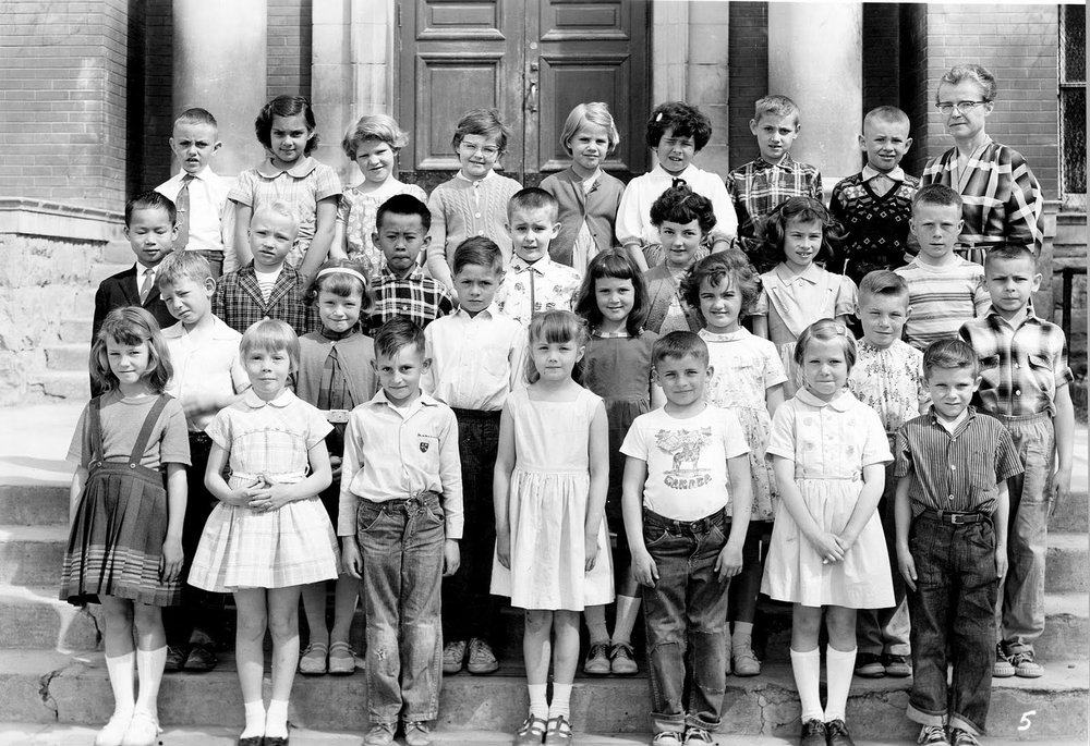 A grade 2 class in front of the Bowman Elementary School  Courtesy the Galt Museum & Archives: P19941011005