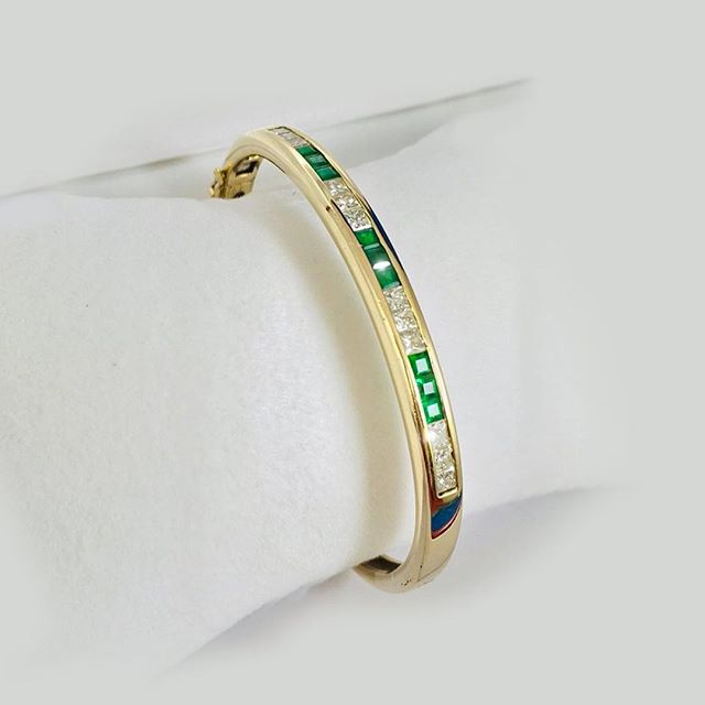Gorgeaous 14kt Gold Bangle with Diamonds and Emeralds ✨✨✨