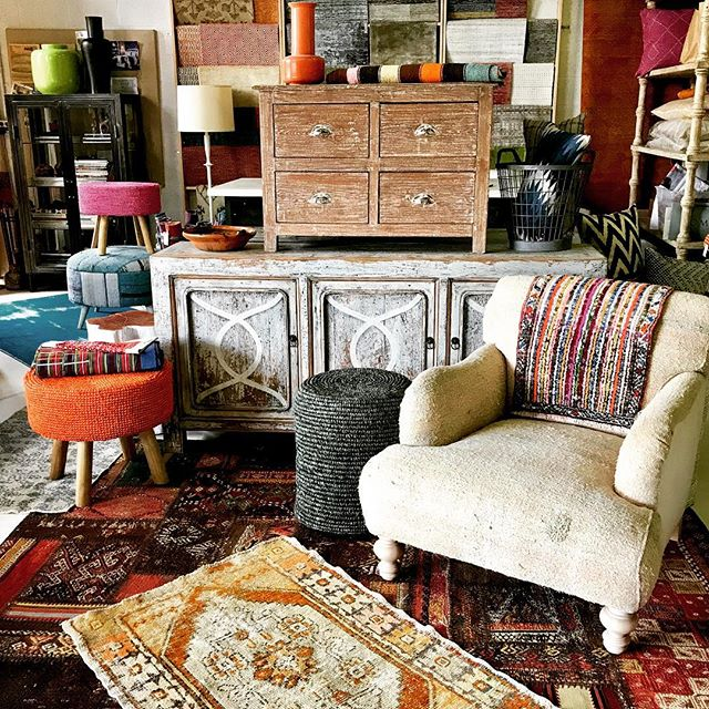 Our new home in the studio/warehouse is slowly coming together. Lots of treasure hunting. Lots of rugs!!!! #timothypaulcarpets #timothypaulinteriordesign #timothypaulhome #modernrugs #beachhousedecor #shabbychicdecor @timothypaulhome
