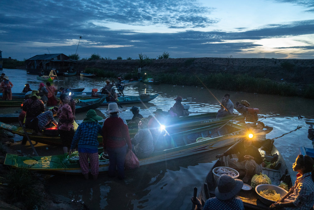 June 06, 2018 - Chong Kneas, Cambodia. Fishermen bring in their catch in the early morning. © Nicolas Axelrod. Ruom