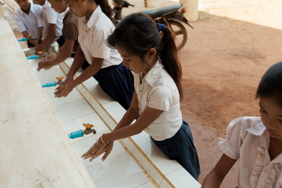 February 03, 2014 - Trapeang Sala (Kampot). Kids wash their hands in the local primary school's courtyard. © Thomas Cristofoletti / Ruom for SNV