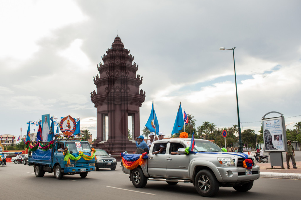 One of the many Cambodian Peoples Party (CPP) rallies drives past the Independance Monument in central Phnom Penh, Cambodia. 29/06/2013 © Nicolas Axelrod/Ruom 2013