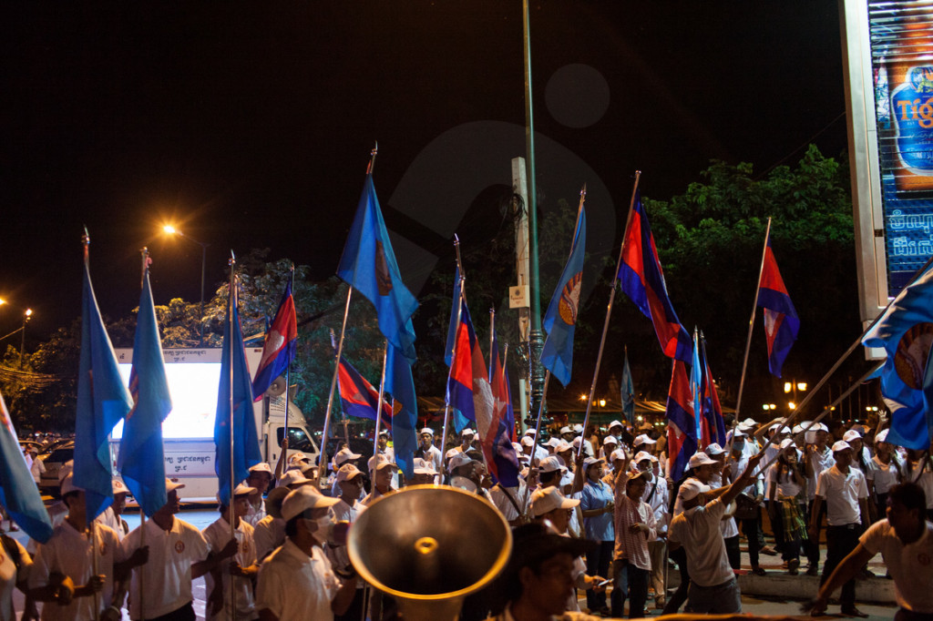 Cambodian Peoples Party (CPP) rally. Supporters of the ruling party block a main road in the center of the capital during the election campaign. Phnom Penh, Cambodia. 29/06/2013 © Nicolas Axelrod/Ruom 2013