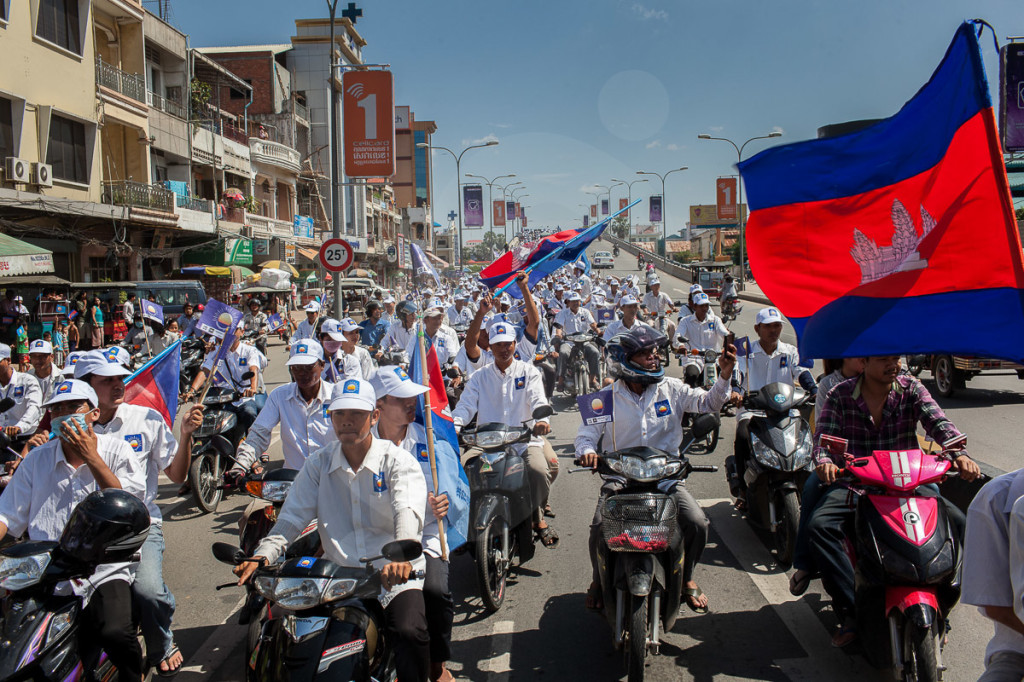 Supporters during the Cambodian National Rescue Party rally on the first day of the Cambodian election campaign. Phnom Penh 27/06/2013 © Nicolas Axelrod/Ruom 2013